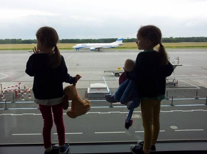 dzieci nalotnisku