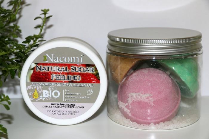 Nacomi: peeling truskawkowy, półkule dokąpieli