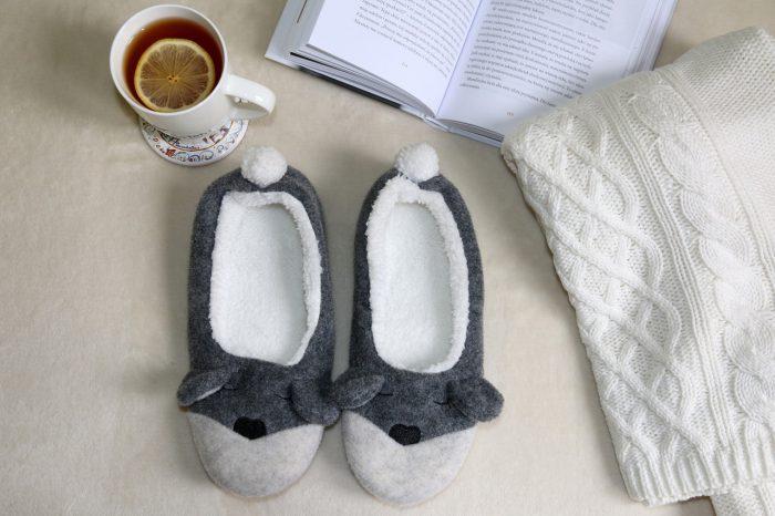 ciepły sweter, ciepłe kapcie igorąca herbata