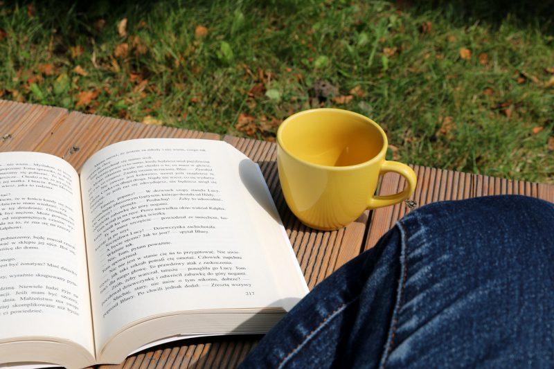 Tu i teraz - sierpień - książka