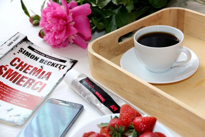 książka kawa truskawki piwonie krem komórka
