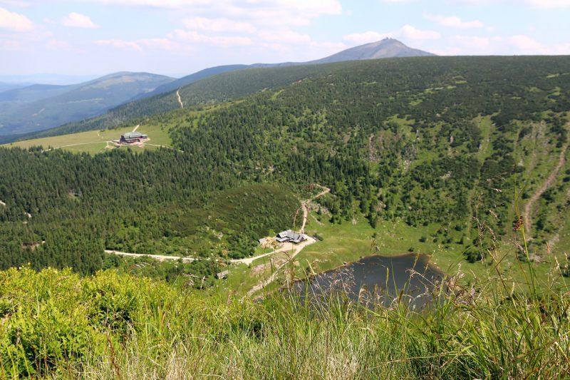 Widok ze szlaku nad Kotłem Małego Stawu na Samotnię, Strzechę Akademicką i Śnieżkę