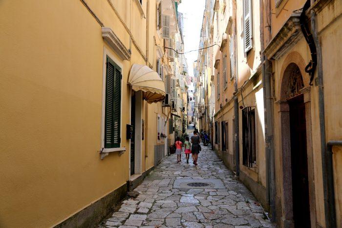 wąska uliczka miasta Korfu