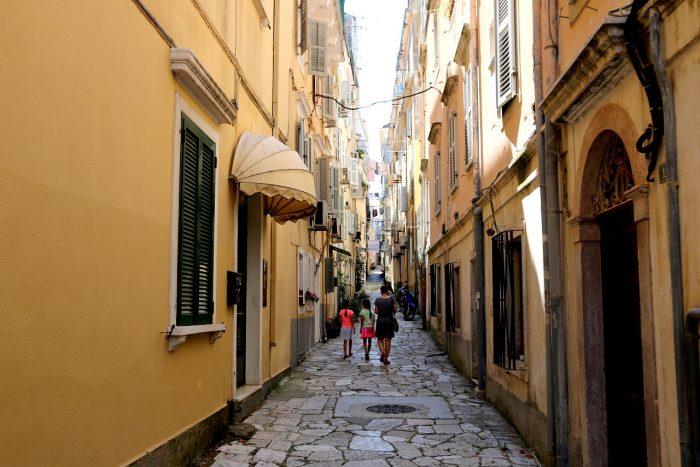 wąskie uliczki miasta Korfu