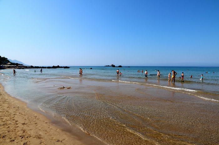 piaszczysta plaża złagodnym zejściem domorza wPelekas