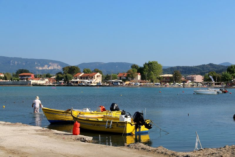 żółte łodzie na morzu w Sidari