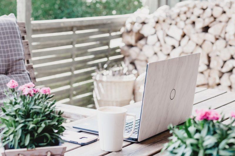 laptop i kawa na stole na tarasie