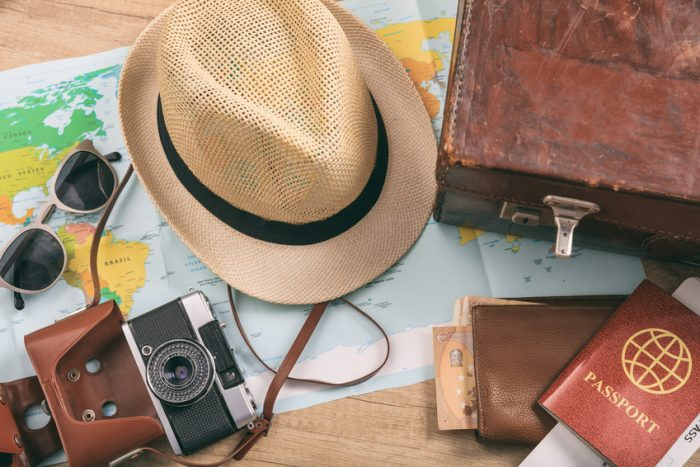 mapa, kapelusz, walizka, okulary, paszport, aparat