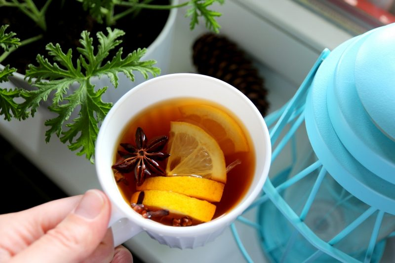 herbata z cytryną, cynamonem, anyżem i goździkami