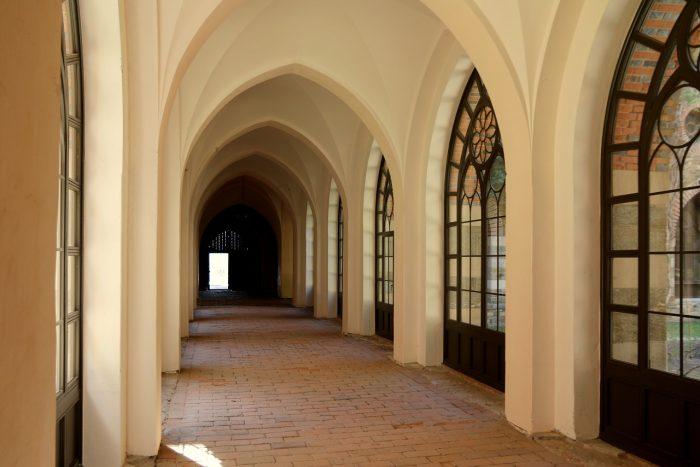 Pałac wKamieńcu Ząbkowickim - korytarz znowo wstawionymi oknami