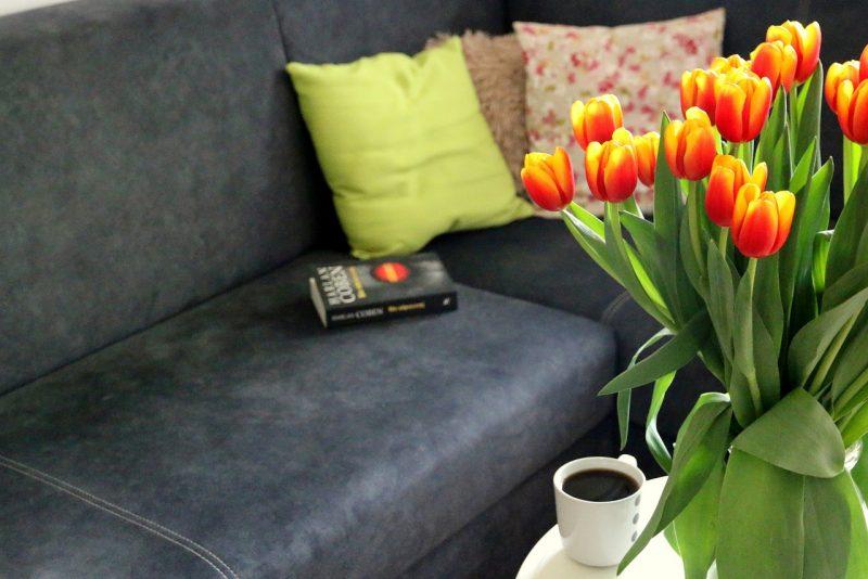tulipany, kawa, książka na kanapie