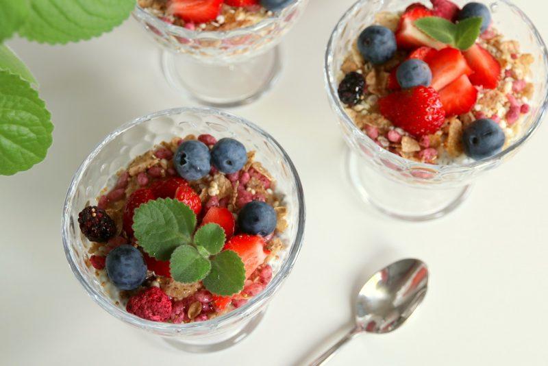 deser z nasionami chia, jogurtem naturalnym i owocami